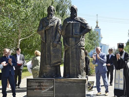 В Вейделевке установили памятник Кириллу и Мефодию