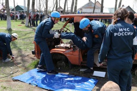 Знания и навыки в области аварийно-спасательного дела продемонстрировали учащиеся кадетской школы на Сахалине
